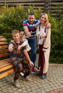 Спортивный психолог Мария Бодрова с семьей хоккеистов