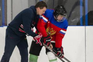 Учим держать хоккейную клюшку