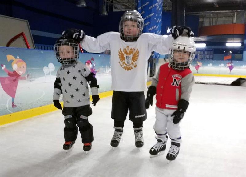 Дети учатся кататься на коньках