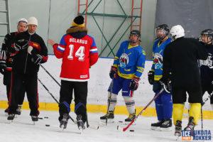 Объясняем упражнение взрослым хоккеистам