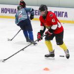 Хоккеист любитель обводит стоечки