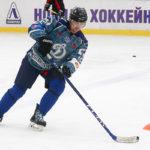 Хоккеист любитель обводит стойку