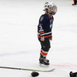 Маленький хоккеист делает паузу