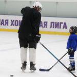 Папа и сын на хоккенйной тренировке
