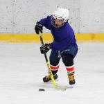 Юный хоккеист отрабатывает ведение шайбы