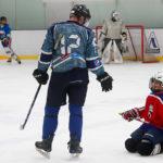 Папа с сыном на хоккейной тренировке