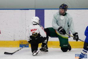 Папа с сыном занимаются хоккеем