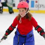 Девочка на семейной хоккейной тренировке
