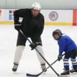 Отец и сын на тренировке по хоккею