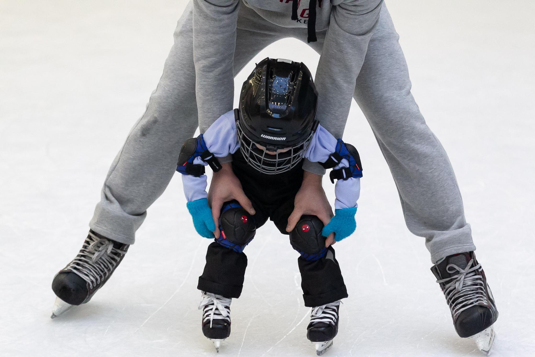 Тренер с ребенком на льду