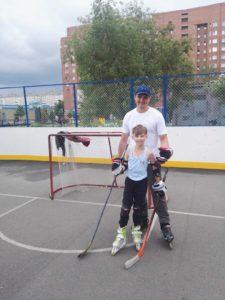 Тренировка на роликах на хоккейной площадке