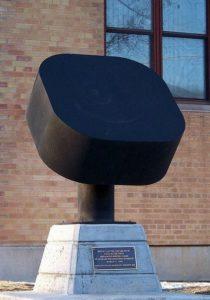 Памятник шайбе